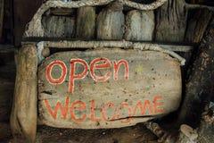 Tekst otwarty na drewnianej desce Pisać tekst na drewnianym tła powitaniu Zdjęcia Stock