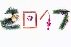 2017 tekst robić z zielonymi sosny, cynamonowych i złotych bożymi narodzeniami, bawi się Fotografia Stock