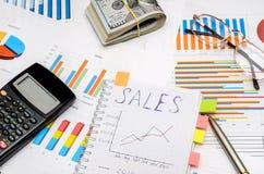 Tekst sprzedaże przy notatnikiem z analitycznymi wykresami i mapami Zdjęcia Stock