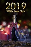 Tekst 2019 Szczęśliwych nowy rok z szampanem zdjęcie stock
