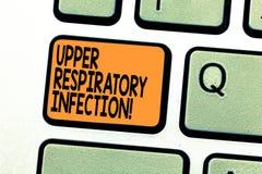 Tekst szyldowa pokazuje Górna Oddechowa infekcja Konceptualni fotografii illnesses powodować ostrej infekcji Klawiaturowym klucze zdjęcie stock
