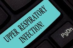 Tekst szyldowa pokazuje Górna Oddechowa infekcja Konceptualni fotografii illnesses powodować ostrej infekcji Klawiaturowym klucze obrazy stock