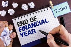 Tekst szyldowa pokazuje końcówka rok finansowy Konceptualna fotografia Opodatkowywa czas księgowości Czerwa bazy danych kosztu pr Obrazy Royalty Free