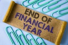 Tekst szyldowa pokazuje końcówka rok finansowy Konceptualna fotografia Opodatkowywa czas księgowości Czerwa bazy danych kosztu pr obraz stock