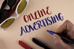 Tekst szyldowa pokazuje reklama online Konceptualna fotografii strona internetowa prowadzi kampanię reklama elektronicznego marke obrazy royalty free