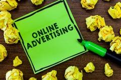 Tekst szyldowa pokazuje reklama online Konceptualnej fotografii sieci Internetowy marketing Promować produkty i usługa obrazy stock