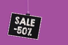 Tekst szyldowa pokazuje sprzedaż 50 Konceptualna fotografii A promo cena rzecz przy 50 procentów markdown blackboard wiadomości W ilustracji