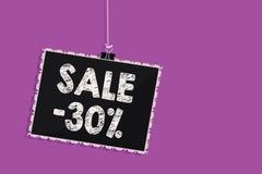 Tekst szyldowa pokazuje sprzedaż 30 Konceptualna fotografii A promo cena rzecz przy 30 procentów markdown blackboard wiadomości W ilustracji