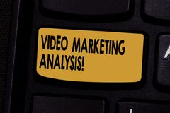 Tekst szyldowa pokazuje Wideo Marketingowa analiza Konceptualny fotografii oprogramowanie który centralizuje wideo online klawiat obrazy stock