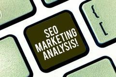 Tekst szyldowy pokazuje Seo Marketingowa analiza Konceptualna fotografia ulepsza dawać stronę internetową s zalicza się na wyszuk zdjęcia royalty free