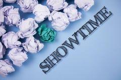 Tekst szyldowy pokazuje Showtime Konceptualny fotografia czas planuje początek pisać na równinie sztuka filmu koncerta występu wy Fotografia Stock