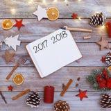 tekst van 2017 en van 2018 in notastootkussen op Kerstmisvlakte lag Stock Afbeeldingen