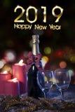 Tekst van het Gelukkige Nieuwjaar van 2019 met champagne stock foto