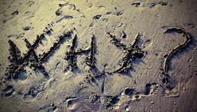 Tekst WAAROM op het strandzand stock afbeeldingen