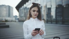 Tekst wiadomość w gona lub socjalny sieci, gadka Timlider próbuje sprawdzać wewnątrz dla lota przez wiszącej ozdoby zbiory wideo