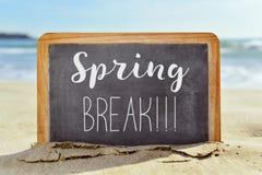 Tekst wiosny przerwa w chalkboard na plaży Obrazy Royalty Free
