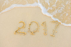 2017 tekst z białą piaskowatą plażą morzem i Zdjęcia Royalty Free