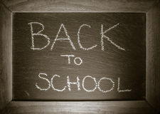 Tekst z powrotem szkoły pojęcie pisać na chalkboard z drewnianą ramą Obraz Stock