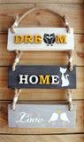 Teksta cukierki domowy dom na drewnianym tle Zdjęcia Stock