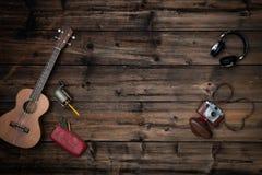 Teksta lub logo kopii pusta przestrzeń w pionowo odgórnego widoku rocznika ciemnym drewnie Retro ostrzarka, gitara ukulele, kamer obrazy stock