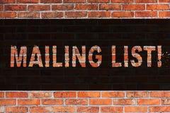 Teksta opancerzania szyldowa pokazuje lista Konceptualni fotografii imiona i adresy pokazywać ciebie iść wysyłać coś Ceglanego fotografia stock