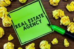Teksta Real Estate szyldowa pokazuje agencja Konceptualnej fotografii Biznesowa jednostka Układa bubla czynszu arendę Kieruje wła zdjęcie stock