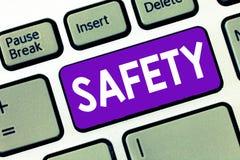 Teksta szyldowy pokazuje bezpieczeństwo Konceptualny fotografia warunek ochraniający od nieprawdopodobnego powodować niebezpiecze obraz stock