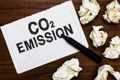 Teksta szyldowy pokazuje emisja co2 Konceptualny fotografii laszowanie szklarniani gazy w atmosfera markiera nad notatnikiem prze zdjęcia stock