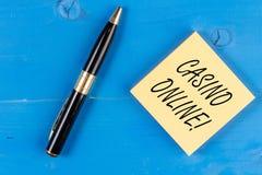 Teksta szyldowy pokazuje Kasynowy Online Konceptualni fotografia hazardziści mogą bawić się przez online i zakład na kasynowych g fotografia royalty free