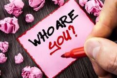 Teksta znak Który Jest Tobą pytanie Biznesowy pojęcie dla osobowości tożsamości profilu O Ja Lub Tobie, pisać Wałkowy Kleisty Nut zdjęcia stock