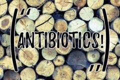 Teksta znak pokazuje antybiotyki Konceptualny fotografia lek używać w traktowaniu i zapobieganiu bakteryjne infekcje Drewniane zdjęcia royalty free