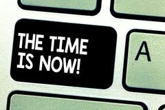 Teksta znak pokazuje czas Jest Teraz Konceptualna fotografia Zachęca someone zaczynać robić dzisiaj jutro Klawiaturowemu kluczowi obrazy stock