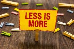 Teksta znak pokazuje Less Jest Więcej Konceptualnej fotografii Minimalistyczny podejście artystyczna sprawa jest wydajnym Clothes zdjęcia stock