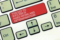 Teksta znak pokazuje klucz sukces Jest ciężką pracą I determinacją Konceptualna fotografii dedykacja pracuje dużo klawiaturę zdjęcia stock