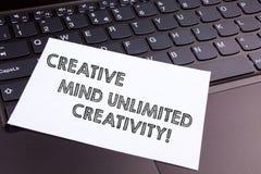Teksta znak pokazuje Kreatywnie umysłowi Nieograniczoną twórczość Konceptualna fotografia Pełno oryginalnych pomysłów brylanta mó zdjęcia royalty free