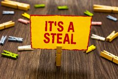 Teksta znak pokazuje Mię s jest kraść Konceptualna fotografia Dostaje poufnej informaci Cyber narusza Siekający Clothespin trzyma zdjęcia stock