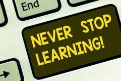 Teksta znak pokazuje Nigdy Zatrzymuje Uczyć się Konceptualny fotografii utrzymanie ono kształci Ulepsza umiejętność Klawiaturoweg zdjęcie royalty free