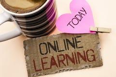 Teksta znak pokazuje Online uczenie Konceptualna fotografii Dystansowej edukaci Elektroniczna edukacyjna technologia pisać na łza Zdjęcia Royalty Free