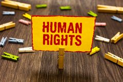 Teksta znak pokazuje prawa człowieka Konceptualne fotografii Moralnych zasad standardów normy ludzie ochraniający prawa Clothespi zdjęcia stock