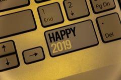 Teksta znak pokazuje Szczęśliwy 2019 Konceptualny fotografia nowego roku świętowanie Rozwesela Congrats MessageKeyboard brązu klu Obrazy Royalty Free