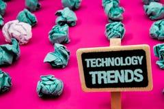 Teksta znak pokazuje technologia trendy Konceptualna fotografia Wykazywać tendencję Nowożytnego Wirusowego Postępowego rozwoju Mo Zdjęcia Stock