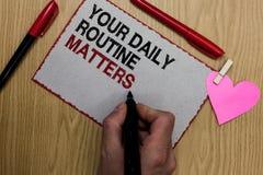 Teksta znak pokazuje Twój Dzienne rutyn sprawy Konceptualna fotografia dobrych przyzwyczajenia żyć zdrowy życie Pisać kleistą nut obrazy stock