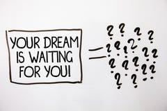 Teksta znak pokazuje Twój sen Czeka Ciebie Konceptualnego fotografia zamiaru celu pragnienia Bramkowego Obiektywnego planu Biały  zdjęcie royalty free