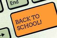 Teksta znak pokazuje Z powrotem szkoła Konceptualny fotografia odpowiedni czas nabywać schoolbag, pióro, książka, stacjonarny Kla obraz stock