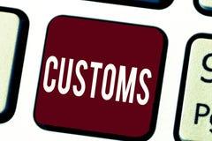 Teksta znak pokazuje zwyczaje Konceptualna fotografia zbiera obowiązki na importujących towarach Oficjalny dział zarządza fotografia stock