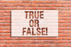 Teksta znaka pokazywać Prawdziwy Lub Fałszywy Konceptualna fotografia Decyduje między fact lub mówić kłamstwo wątpliwości zamiesz ilustracji