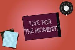 Teksta znaka seans Żywy Na Razie Konceptualna fotografia Cieszy się szczęśliwego styl życia relaksującego dzisiaj był motywującym ilustracji