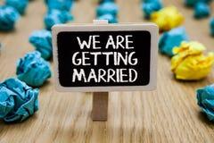 Teksta znaka seans Dostajemy Poślubiającymi Konceptualny Zaręczynowy Ślubny Kochający chwyt pisać fotografii przygotowania pary P obrazy royalty free