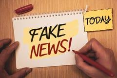 Teksta znaka seansu imitaci wiadomości Motywacyjny wezwanie Konceptualne fotografie Fałszywy Niepotwierdzony Ewidencyjny HoaxMan  fotografia royalty free