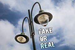 Teksta znaka seansu real Lub imitacja Konceptualna fotografia sprawdza jeżeli produkty są oryginalni lub sprawdzać ilości Dwoiste zdjęcia stock